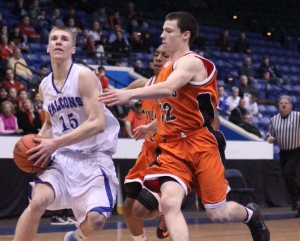 Nick Bates (13 points) heads for two