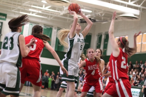 Joslyn King (14 points) scores from in close