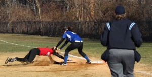 Gianna Faragi tags out Meagan Aponas in the sixth inning