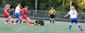 Emma Dyer closes in on Lakers GK Isabel Scribner