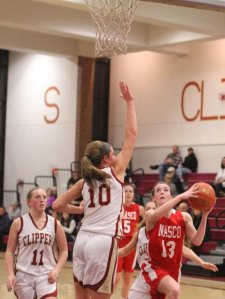 Kate Kitsakos (16 points) looks to shoot over Emily Pettigrew