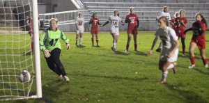 Emma Richardson (25) scores on a throw-in