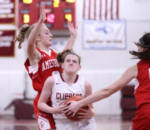 Anna Hickman (14 points) in the lane